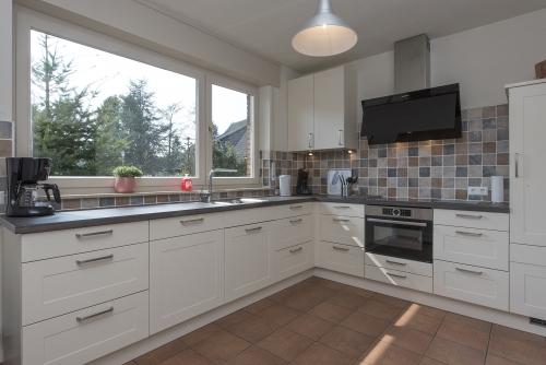 Keuken met de nodige inbouwapparatuur
