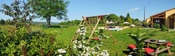 Ruime tuin 3000 m2 zwembad en speeltoestellen en prachtig uitzicht op de vallei