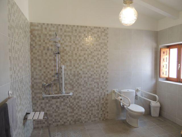 rolstoel toegankelijke badkamer