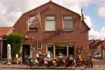 Voorkant huis met fietsen