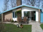 Heerlijke bungalow met ruime tuin, direct aan de IJsselmeer-dijk